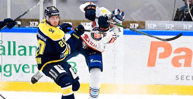 Illustrationsbild: HV71:s Linus Sandin och Växjös Pontus Holmberg under torsdagens ishockeymatch i SHL.  Mikael Fritzon/TT / TT NYHETSBYRÅN