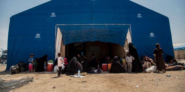 Kvinnor och barn som hör till så kallade IS-familjer lämnar det överfulla al-Hol-lägret i Syrien, 3 juni. Baderkhan Ahmad / TT NYHETSBYRÅN/ NTB Scanpix