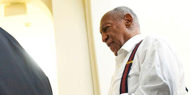 Bill Cosby lämnar rättssalen i handbojor efter domen.  POOL New / TT NYHETSBYRÅN