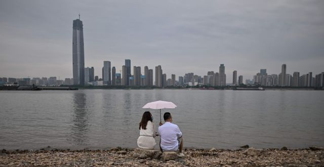 Ett par sitter vid floden Yangtze i Wuhan. HECTOR RETAMAL / TT NYHETSBYRÅN