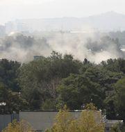 Rök stiger mot himlen efter raketattacken i Kabul. Rahmat Gul / TT NYHETSBYRÅN