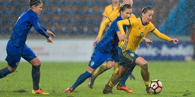 Sveriges Kosovare Asllani med bollen under tisdagens VM-kvalmatch Europa.  Jessica Gow TT. Kvalet till fotbolls-VM 2019 e8be7ee30f9e2