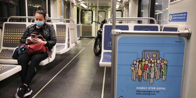 Kvinna med ansiktsmask på tunnelbanan i Los Angeles. MARIO TAMA / TT NYHETSBYRÅN