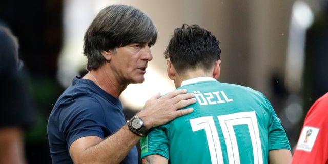 Joachim Löw och Mesut Özil under sommarens VM. Lee Jin-man / TT / NTB Scanpix