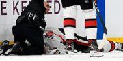 Scott Sabourin får vård på isen.  BRIAN FLUHARTY / BILDBYRÅN