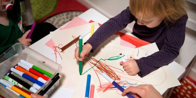 Sjukt barn är hemma och ritar. Arkivbild. JESSICA GOW / TT / TT NYHETSBYRÅN