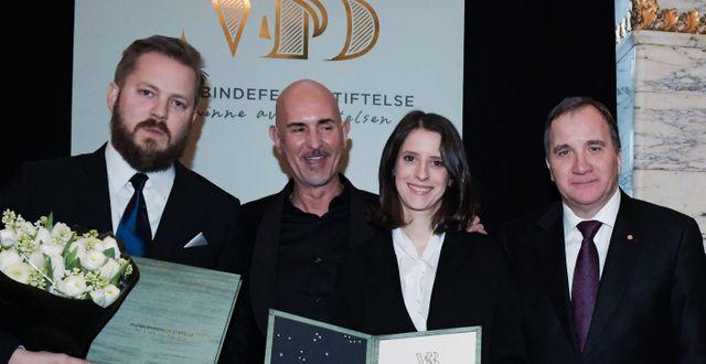 2019 års stipendiater författaren Anders Rydell och författaren Natalie Verständig tillsammans med Micael Bindefeld och statsminister Stefan Löfven (S). Janerik Henriksson/TT / TT NYHETSBYRÅN