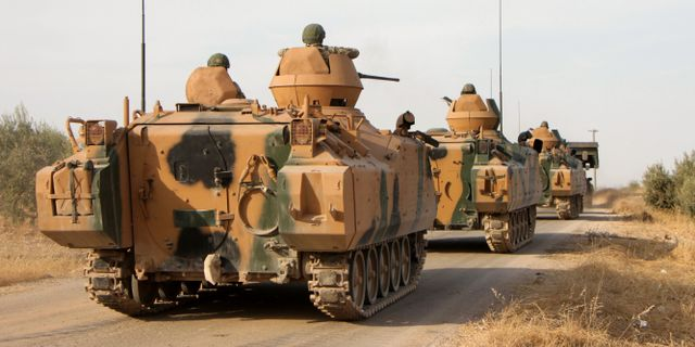 Turkiska miltitärfordon i Syrien. AREF TAMMAWI / AFP