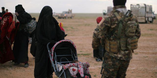 En kvinna med barnvagn nära staden Baghouz som var ett av IS sista kontrollerade områden i Syrien. RODI SAID / TT NYHETSBYRÅN