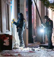 Nationella bombskyddet undersöker entrén till en livsmedelsbutik i centrala Lund efter en explosion i september.  Johan Nilsson/TT / TT NYHETSBYRÅN