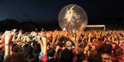 The Flaming Lips sångare Wayne Coyne i en bubbla i publikhavet i Porto 2012. Paulo Duarte / TT NYHETSBYRÅN