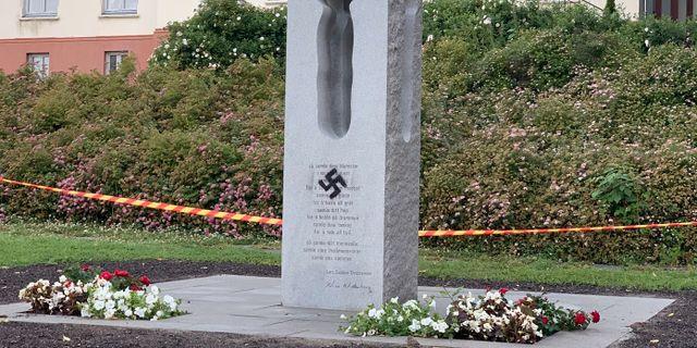 Den vandaliserade minnesstenen i norska norska Tönsberg. Benedicte Jacobsen Hamnes / Tønsberg Blad / TT NYHETSBYRÅN