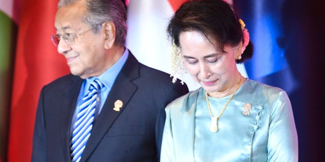 Malaysias premiärminister Mahathir Mohamad pch Burmas ledare Aung San Suu Kyi. CHALINEE THIRASUPA / TT NYHETSBYRÅN