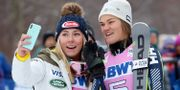 Mikaela Shiffrin tar en selfie med Anna Swenn Larsson. TOM PENNINGTON / GETTY IMAGES NORTH AMERICA