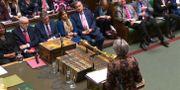 Labours partiledare Jeremy Corbyn lyssnar till Theresa May i brittiska underhuset. HO / AFP