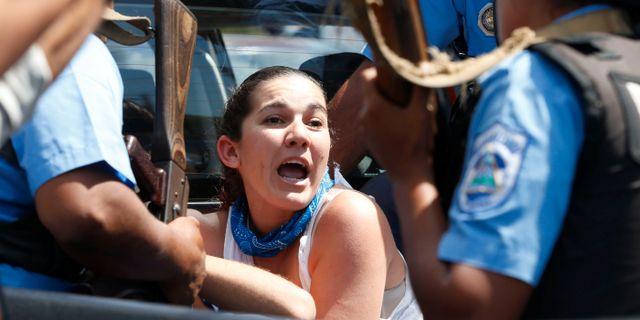 En demonstrant förs bort av polis. OSWALDO RIVAS / TT NYHETSBYRÅN