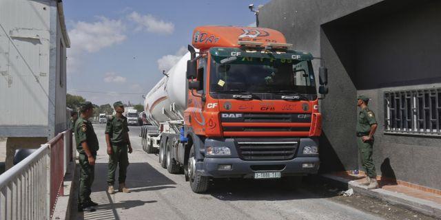 En lastbil med bränsle passerar vid övergången. SAID KHATIB / AFP