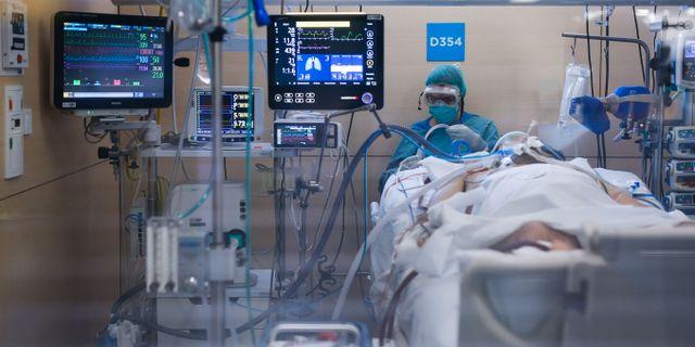 Coronapatient intensivvårdas i Barcelona. PAU BARRENA / TT NYHETSBYRÅN