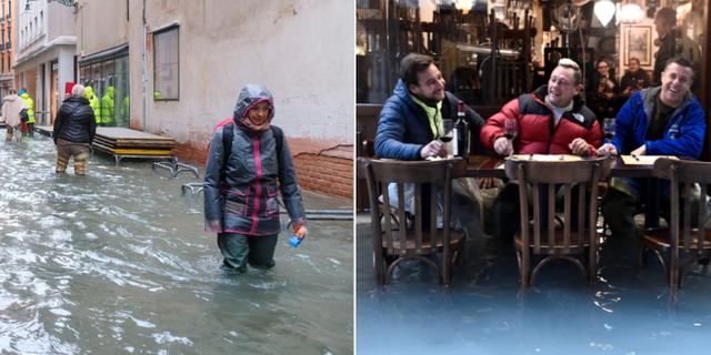 Människor vadar i meterhögt vatten/En grupp män tar en öl vid en översvämmad uteservering i Venedig. TT