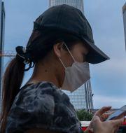 Illustrationsbild. Kvinna i skyddsmask i Peking. Mark Schiefelbein / TT NYHETSBYRÅN