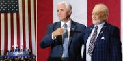 Mike Pence pekar på Buzz Aldrin i samband med dagens framträdande. TT