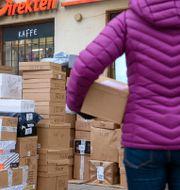 Illustrationsbild. Ett utlämningsställe för paket i Stockholm har fått lägga upp paketen utanför butiken på grund av den ökande e-handeln till jul. Anders Wiklund/TT / TT NYHETSBYRÅN