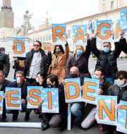 Illustrationsbild: Anhängare till Mario Draghi utanför presidentresidenset Quirinalpalatset i Rom.   Mauro Scrobogna / TT NYHETSBYRÅN