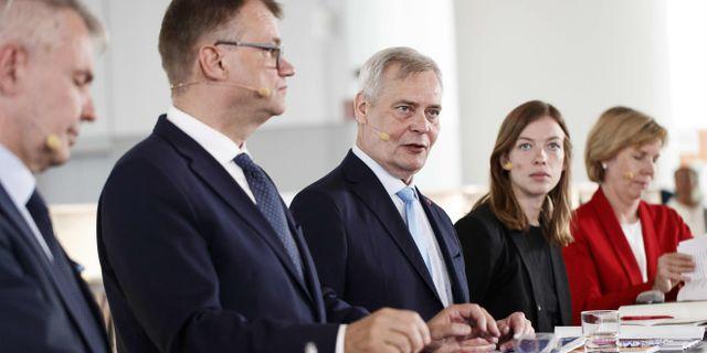 Antti Rinne med sina koalitionsparters omkring sig. RONI REKOMAA / Lehtikuva