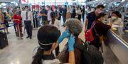Resenärer kontrolleras på Bangkoks flygplats. Gemunu Amarasinghe / TT NYHETSBYRÅN