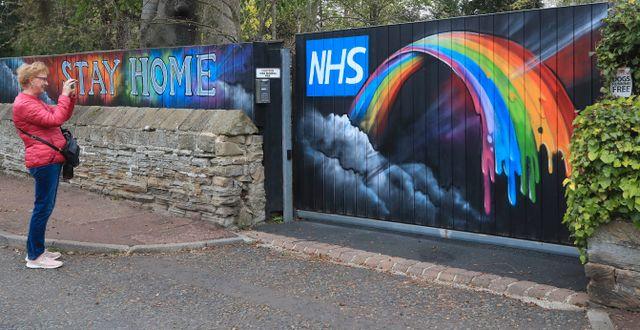 Arkivbild: Grafitti som hyllar sjukvården NHS på en port i Newcastle  Owen Humphreys / TT NYHETSBYRÅN