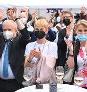 CDU-supportrar jublar efter att första vallokalsundersökningen från Sachsen-Anhalt presenterades.  Bernd Von Jutrczenka / TT NYHETSBYRÅN