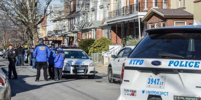 Polis i New York utanför en adress som uppges ha kopplingar till den misstänkte gärningsmannen.  STEPHANIE KEITH / GETTY IMAGES NORTH AMERICA