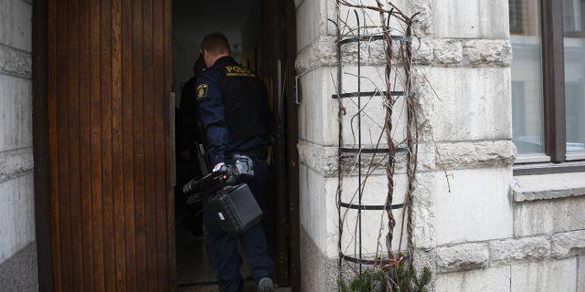 Polisen på väg in i porten där de hölls fångna. Ali Lorestani/TT / TT NYHETSBYRÅN