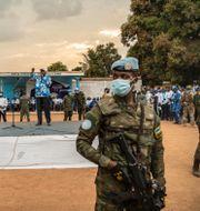 Soldater håller vakt medan president Faustin-Archange Touadera håller tal den 12 december André Bâ / TT NYHETSBYRÅN