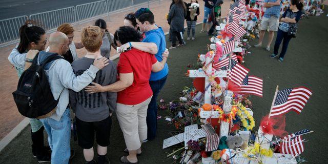 Arkivbild. Sörjande efter skjutningen i Las Vegas. John Locher / TT / NTB Scanpix