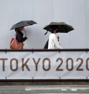 Människor på gatan i Tokyo på tisdagen. Eugene Hoshiko / TT NYHETSBYRÅN