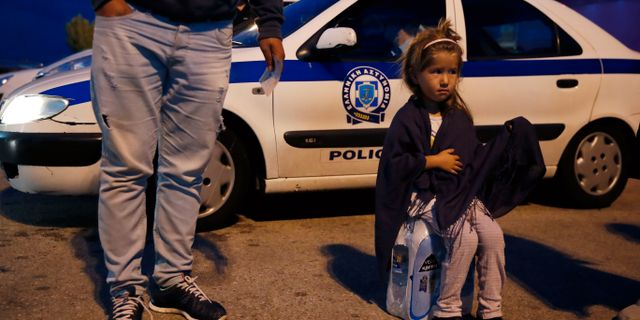 En flicka från lägret på Lesbos insvepte i en filt i hamnstaden Pireus. Thanassis Stavrakis / TT NYHETSBYRÅN