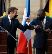 Emmanuel Macron och Cyril Ramaphosa fanns båda på övervakningslistan. Themba Hadebe / TT NYHETSBYRÅN