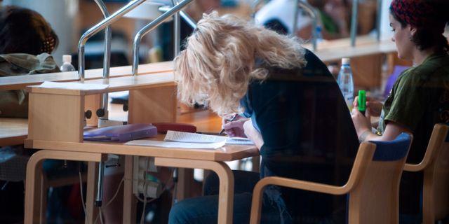 Arkivbild: Studenter studerar i biblioteket på Stockholms universitet. Bertil Ericson / TT / TT NYHETSBYRÅN