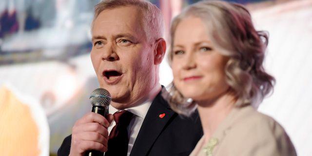 Antti Rinne med sin hustru på valnatten. Antti Aimo-Koivisto / TT NYHETSBYRÅN/ NTB Scanpix