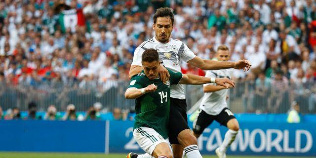 Mats Hummels i kamp med Mexikos Javier Hernandez.  KAI PFAFFENBACH / BILDBYR N