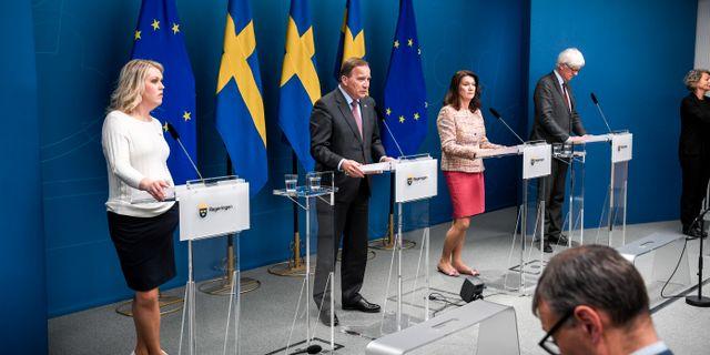 Socialminister Lena Hallengren (S), statsminister Stefan Löfven (S), utrikesminister Ann Linde (S), och Johan Carlson, generaldirektör för Folkhälsomyndigheten Pontus Lundahl/TT / TT NYHETSBYRÅN