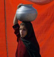 Arkivbild. En pakistansk kvinna hämtar vatten från en pump.  Mohammad Sajjad / TT / NTB Scanpix