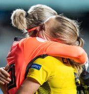 Jennifer Falk och Magdalena Eriksson firar segern mot Island. MATHIAS BERGELD / BILDBYRÅN