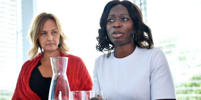 Juno Blom tillsammans med partiledaren Nyamko Sabuni. Erik Simander/TT / TT NYHETSBYRÅN