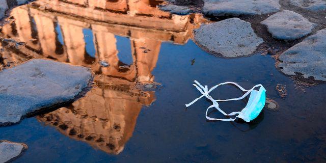 Ansiktsmask vid Colosseum i Rom. Alfredo Falcone / TT NYHETSBYRÅN