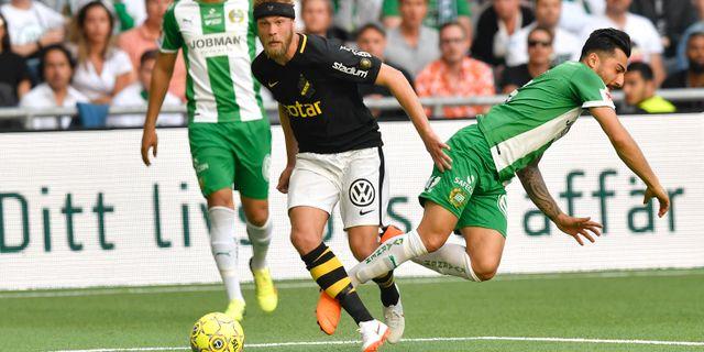 Daniel Sundgren går omkull i närkamp med Jiloan Hamad. Anders Wiklund/TT / TT NYHETSBYRÅN