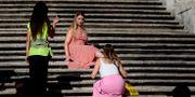 Människor blir tillsagda för att de sitter på trapporna. FILIPPO MONTEFORTE / AFP