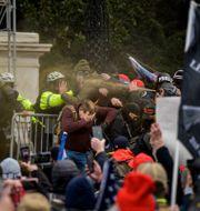 Polis och demonstranter drabbar samman. JOEL MARKLUND / BILDBYRÅN