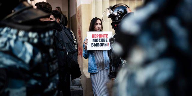 """En kvinna demonstrerar tidigare i somras. På skylten står det """"ge tillbaka valet i Moskva till oss"""".  Evgeny Feldman / TT NYHETSBYRÅN"""